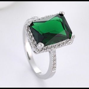 Jewelry - Gorgeous Green Ring